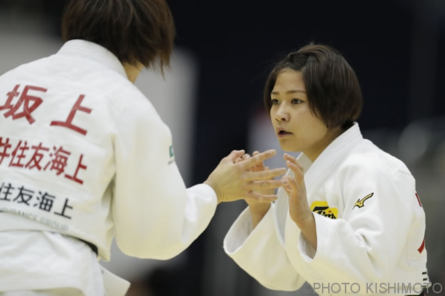48kg級 渡名喜(右)